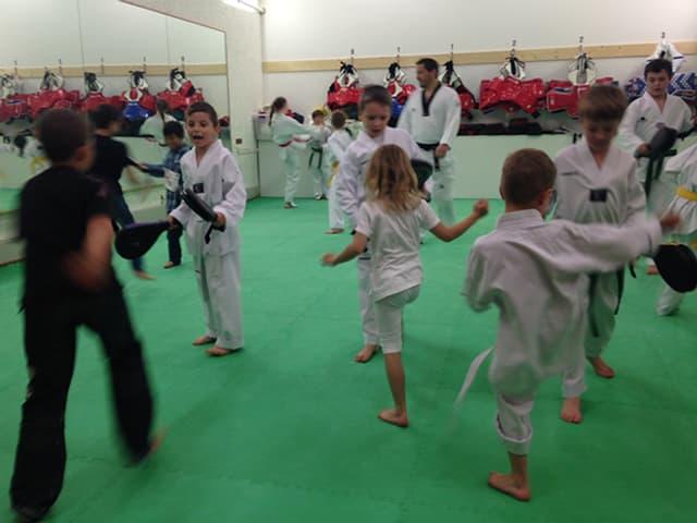 Kinder beim Taekwondo-Training.