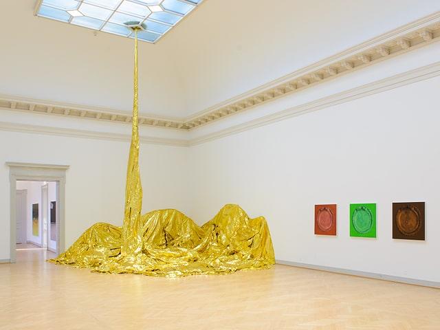 Goldenes Tuch fällt von der Decke bis zum Boden.