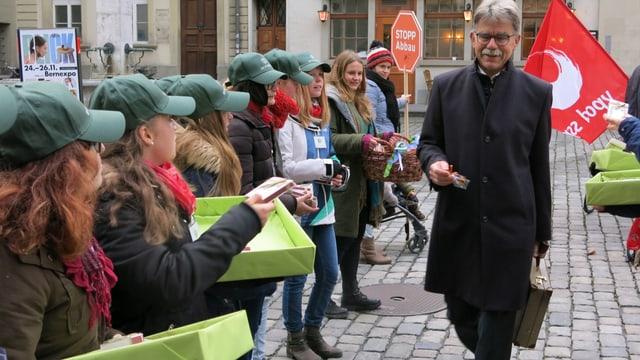 Vor dem Berner Rathaus waren viele Gegnerinnen und Gegner des Sparpakets.