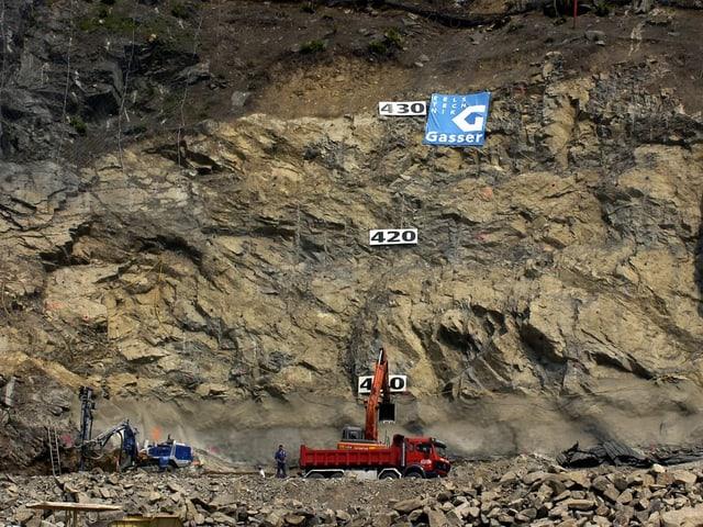 Baumaschinen vor einer Felswand