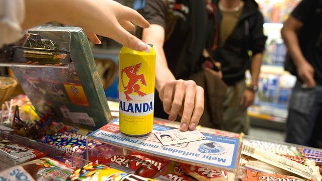 Jugendliche beim Kauf von Alkohol, Identitätskarte neben Bierdose liegend