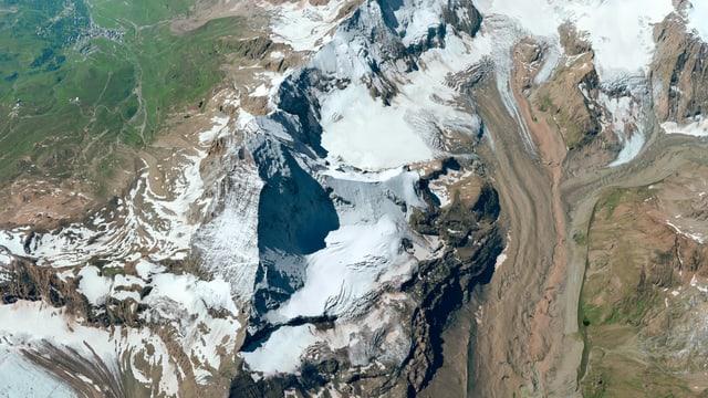 ein Foto des Matterhorns von oben, inklusive Modell des Geländes rund herum