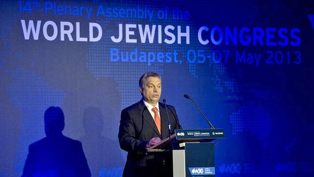 Orban an Rednerpult.