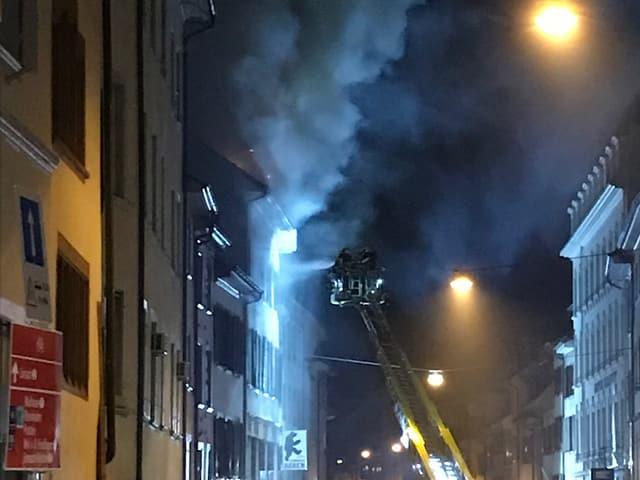Der Brand brach kurz nach 2 Uhr in einem Mehrfamilienhaus in der Rheingasse aus. Die Löscharbeiten dauerten die ganze Nacht.