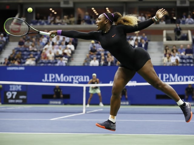 Serena Williams streckt sich nach einem Ball.