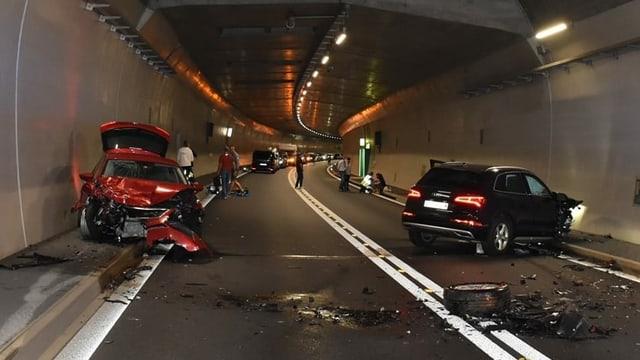 Dus autos ch'èn collidads en il tunnel San Fedele a Roveredo.