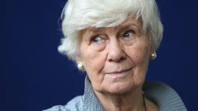 Jane Gardam ist eine ältere Frau mit weissen kurzen Haaren.
