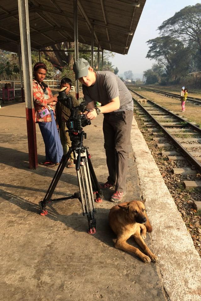 Marin Suter wartet auf den Zug nach Pyin oo Lwin.