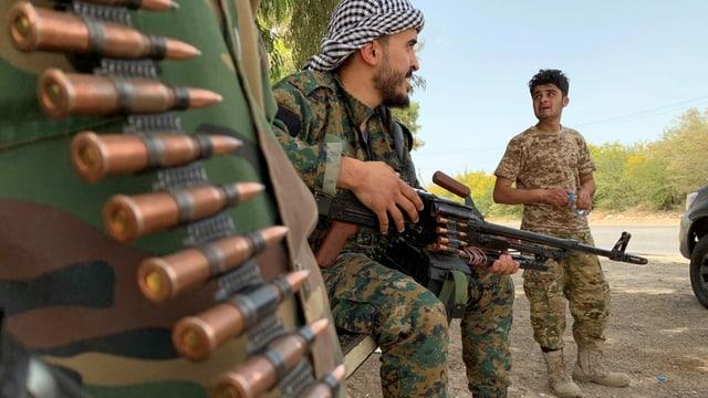 Kämpfer mit Gewehren und Patronengurt.
