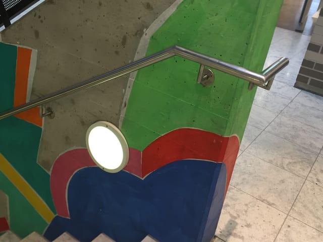 Dieser Handlauf einer Treppe in einem Arboner Einkaufszentrum ist laut der Terz-Stiftung optimal und macht die Treppe für ältere Menschen sicher.