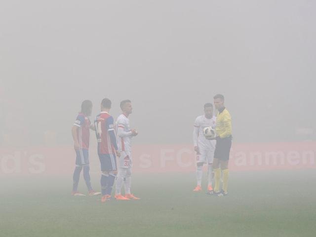 Die Spieler von Basel und Sion stehen in dichtem Rauch.