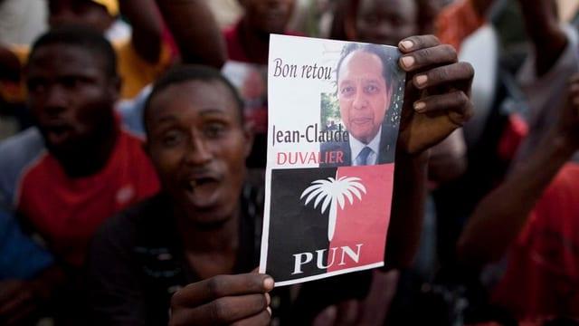Anhänger feiert die Rückkehr Duvaliers nach Haiti.