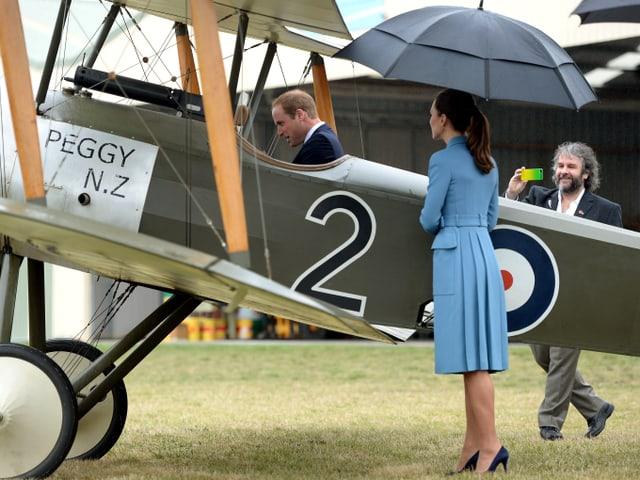 Prinz William sitzt in einem alten Cockpit