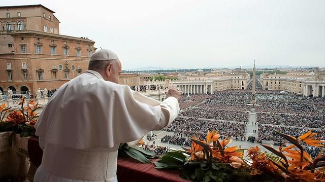 Purtret dal Papa che stat sin il balcun davant il dom da s. Peder e dat il maun al public. La plazza è fullanada.