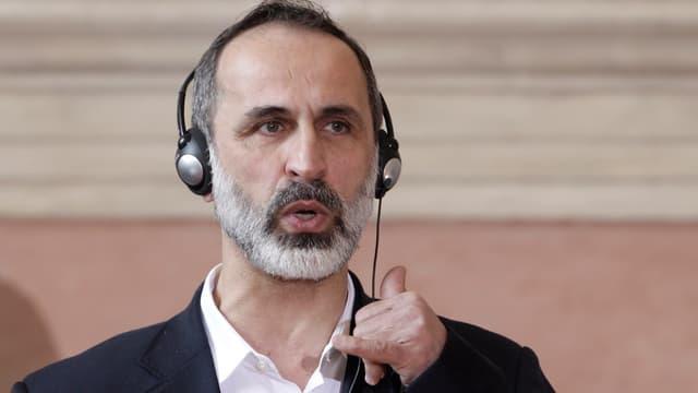 Muas al-Chatib mit einem Kopfhörer.