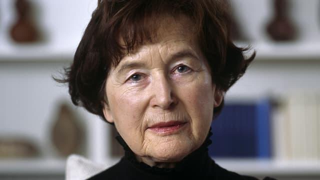Porträtbild von Elisabeth Kopp, in schwarzem Rollkragenpullover.