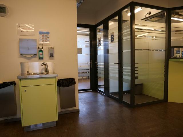 Raum mit Lavabo und Glasbox