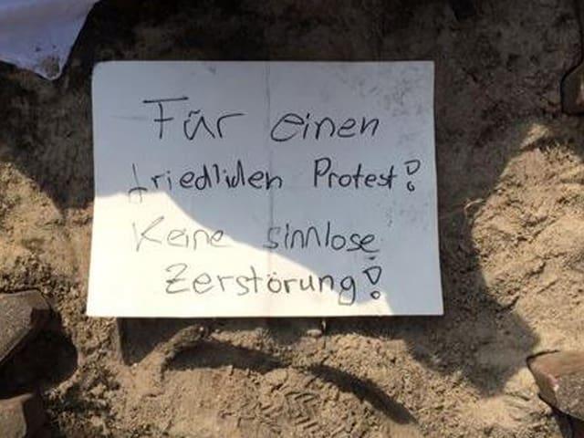 Auf einem Zettel am Boden steht geschrieben: «Für einen friedlichen Protest. Keine sinnlose Zerstörung.» (Twitter.com/vonblanc)