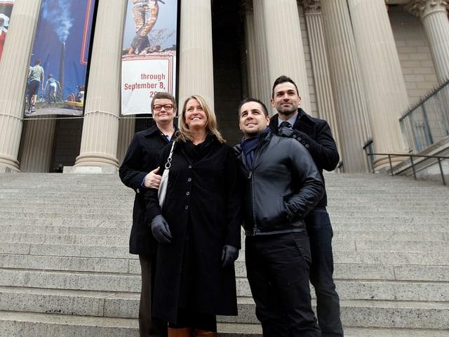 Zwei gleichgeschlechtliche Paare stehen vor dem Nationalarchiv in Washington