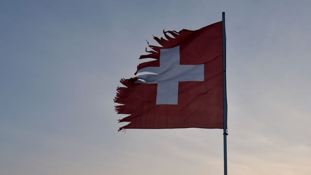 Zerrissene Schweizer Flagge.