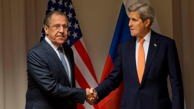 Sergej Lawrow e John Kerry dattan il maun in a l'auter.
