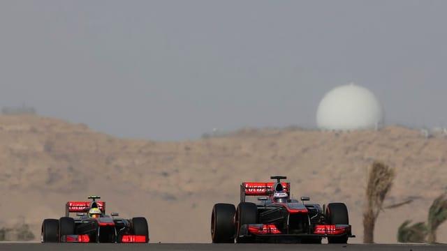 Sergio Perez verfolgt Jenson Button.