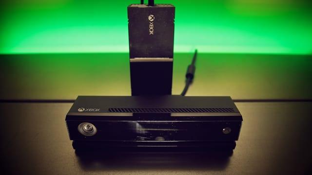 Kinect-Sensor vorn, Netzteil hinten.