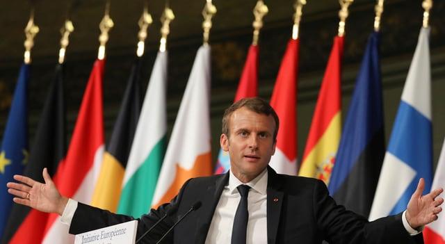 Macron während Rede.