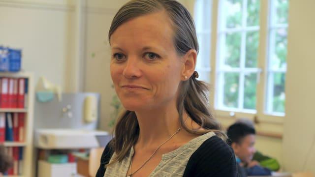 Sophie Marti steht im Klassenzimmer.