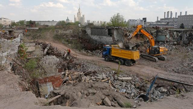 Baustelle in Moskau mit Kran