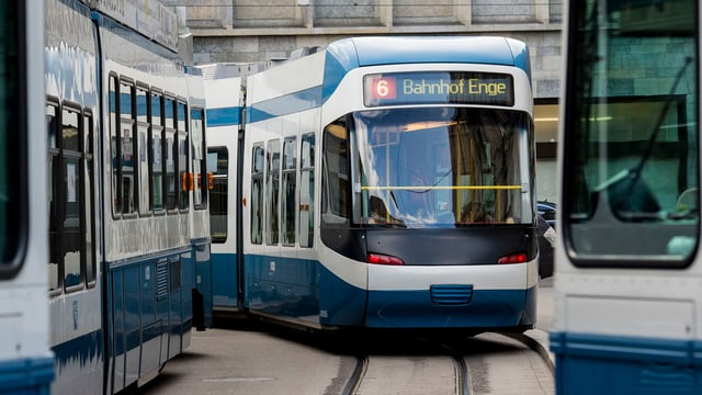 Sechser Tram der Verkehrsbetriebe Zürich in Richtung Bahnhof Enge unterwegs.