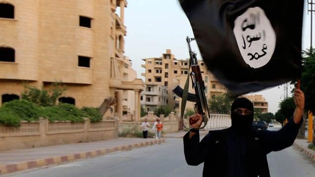 Ein Mitglied des IS schwenkt die schwarze Fahne.