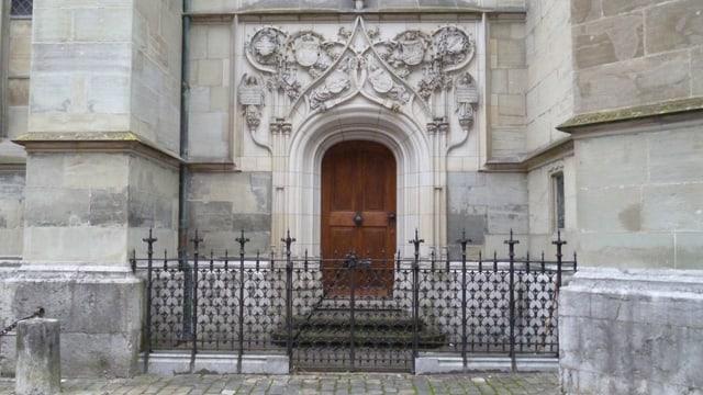 Die Seitenpforte des Berner Münsters ist geschlossen.