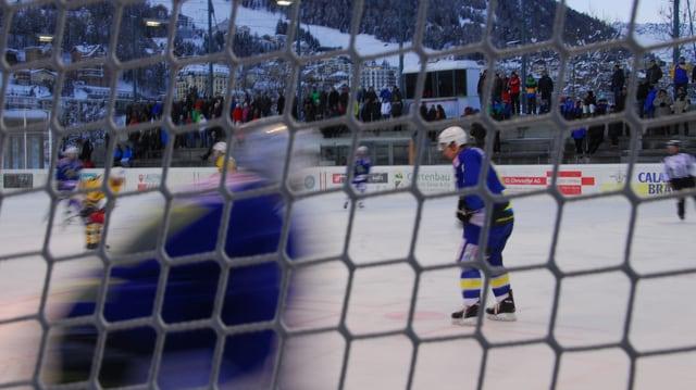 Giugaders da hockey dals clubs San Murezzan e Küsnacht en acziun.