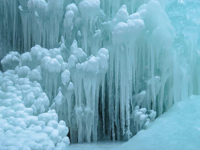 Eiskunst, Detailaufnahme eines gefrorenen Wasserfalls bei Tecknau BL.