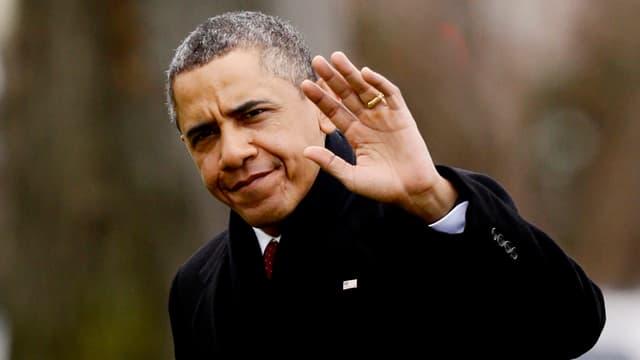 Porträt von Obama, der in die Kamera winkt.