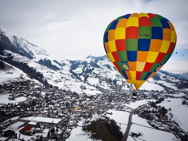 Heissluftballon über Château d'Oex