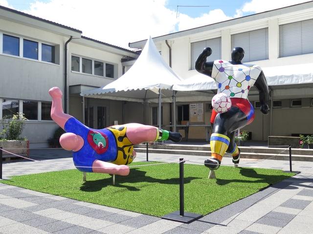 Die beiden Fussball spielenden Figuren im Innenhof des Schulhauses Hasenlehn in Trubschachen.