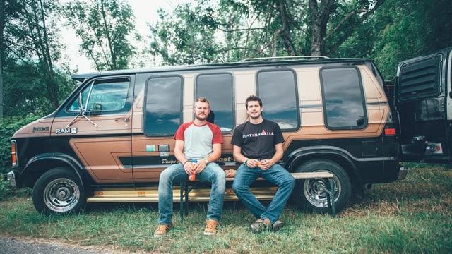 Zwei Festivalbesucher vor ihrem Van