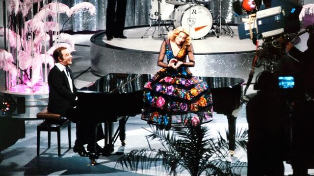 Paul Kuhn begleitet die Sängerin Peggy March während eines Fernsehauftrittes (undatierte Aufnahme).