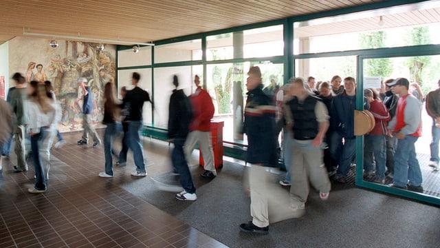 Blick auf den Eingang einer Schule.