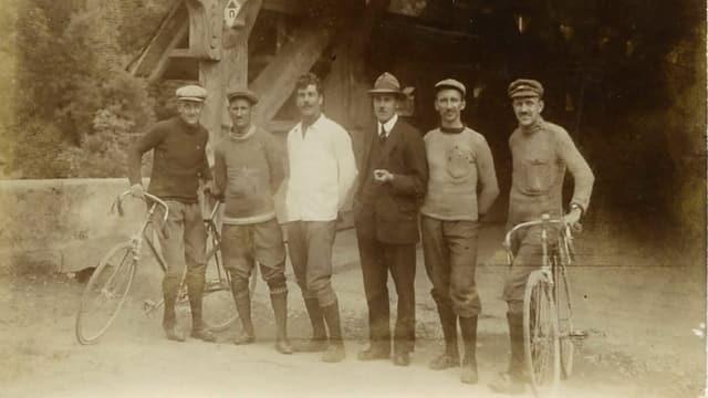 Schwarz-Weiss-Bild von der Gründung im Jahr 1919 – Mitglieder des Veloclubs vor der Brücke in Rothenburg.