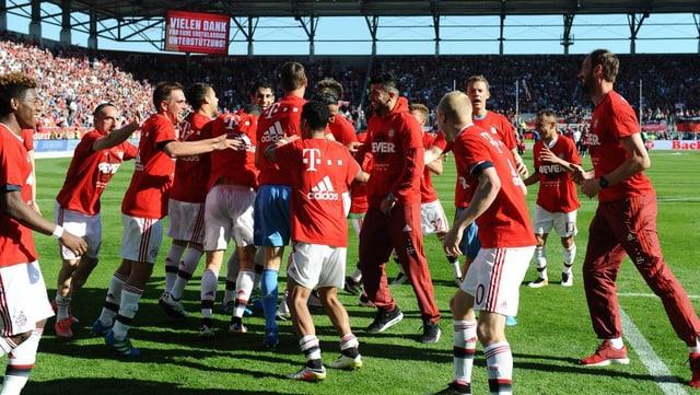 L'equipa da Bayern München festivescha ses 26avel titel da campiun tudestg