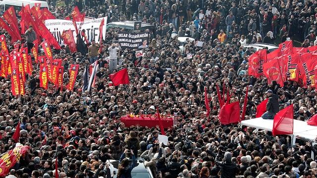 Roter Sarg inmitten einer riesigen Menschenmenge