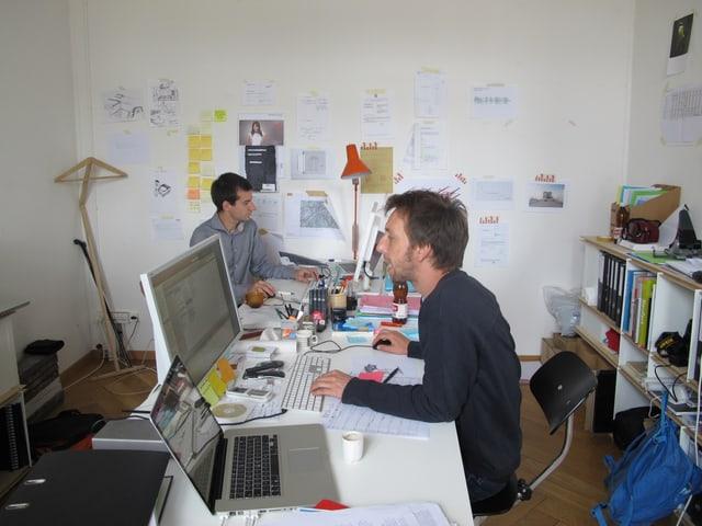 Die beiden Netwerch-Gründer, Daniel Christen und Noah Baumgartner in ihrem Büro.