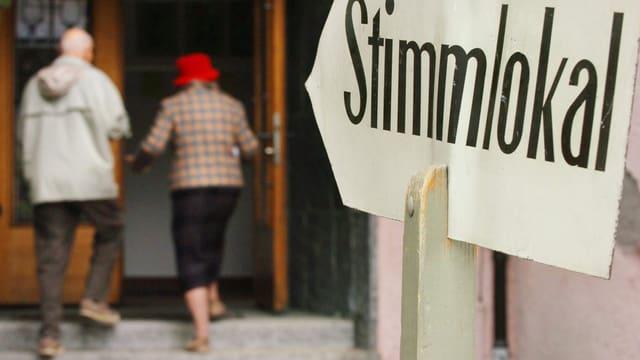 Ältere Leute betreten ein Stimmlokal