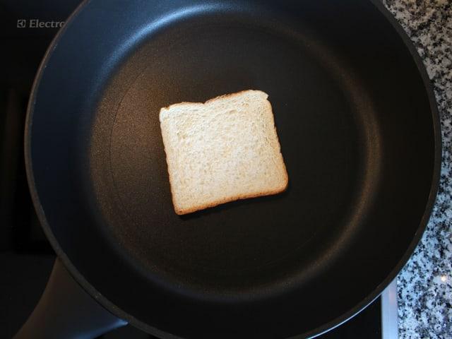 Stück Toast in Bratpfanne.