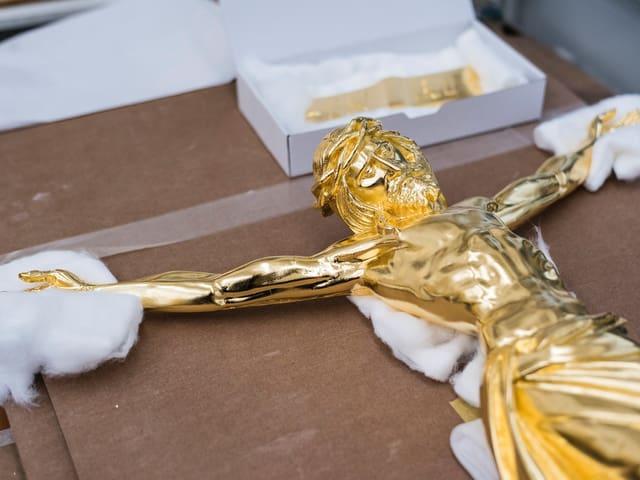 goldenes Kruzifix auf einem Tisch