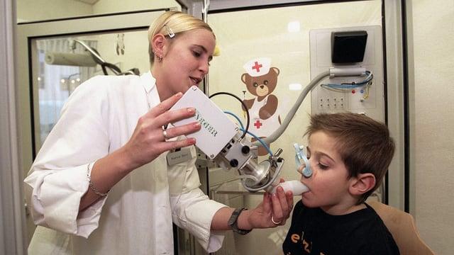 Eine junge Ärztin behandelt einen Lungenpatienten.