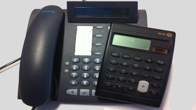 Telefon und Taschenrechner.